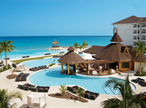 piscina e praia de areia suave