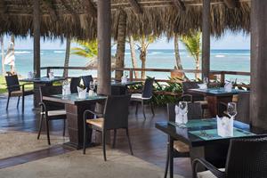 INDIGO Saboreie uma comida leve de estilo internacional na praia.